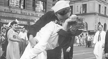 Sailor in iconic V-J Day Times Square kiss photo dies at 95 photo