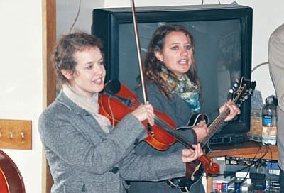 Rebekah Sandoval and Jennifer Sandoval of Run Boy Run perform in Arcosanti's Green Room. <br /><br /><!-- 1upcrlf2 -->BBNPhotos/Heidi Dahms Foster