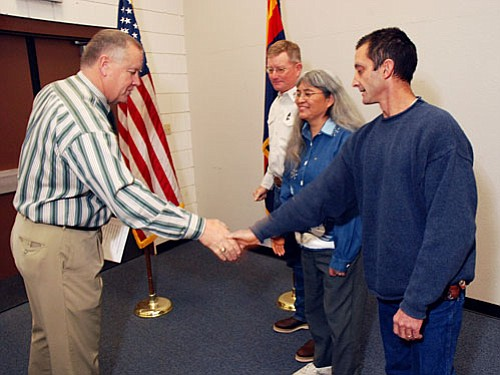 VVN/Jon Pelletier<br> Yavapai County School Superintendent Tim Carter shakes hands with new school board member Tim Roth while Rick Anderson and Helen Freeman look on. Carter swore in the newly elected Camp Verde Unified School District board members on Friday, Jan. 9. New board member terms last until December 2012.