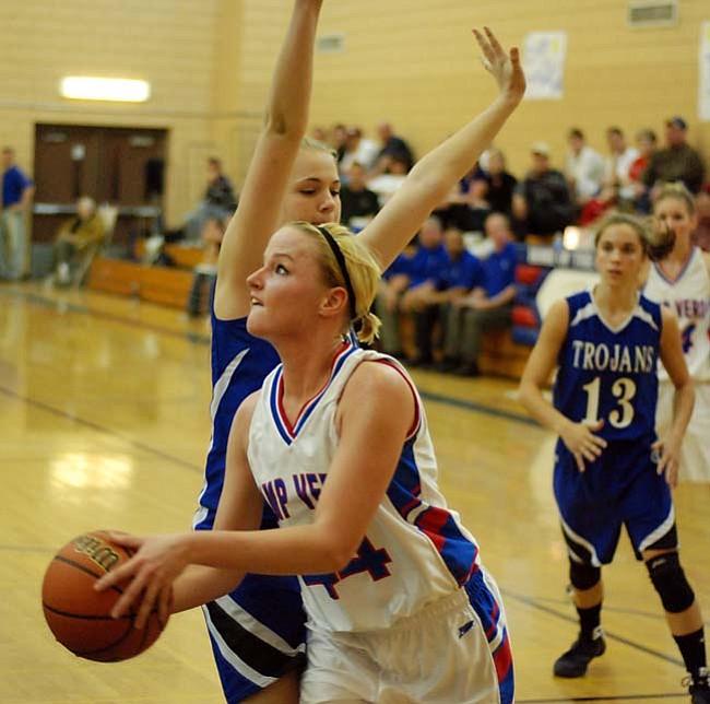 VVN/J. Pelletier Liz Hicks lines up her shot.