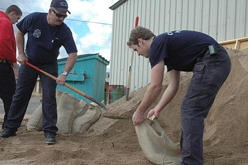 VVN/Steve Ayers<br> Members of the Camp Verde Fire District fill sandbags in anticipation of flooding this week.