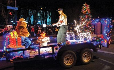 Matt Hinshaw/The Daily Courier<br> The U.S. National Forest Service float featuring Smokey Bear passes through the intersection of Montezuma and Goodwin Saturday night.