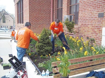 Home Depot Crew Plants Flowers Trees At School The Daily