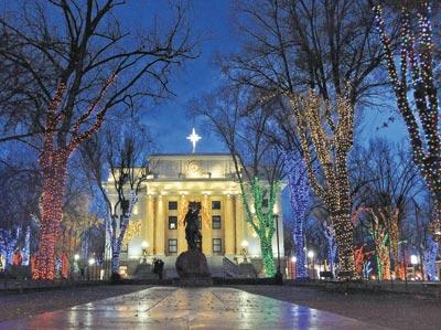 Downtown Prescott Prepares For Courthouse Lighting Parade