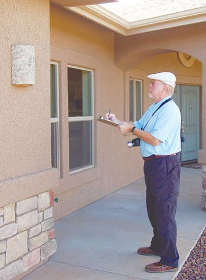 Jerry J. Herrmann/The Daily Courier<p> Craig Farr, owner of Arizona Valuation Services in Prescott, checks off exterior features on this house in Yavapai Hills.