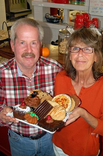 Jason Soifer/The Daily Courier<p> Ken and Enza Brower own Rooster's Caf&#233; & Coffee in Prescott. The caf&#233; is open from 7 a.m to 3 p.m. Tuesdays through Sundays.