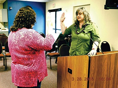 Mellissa Drake, Tusayan Town clerk, administers the oath of office. Photos/town of Tusayan