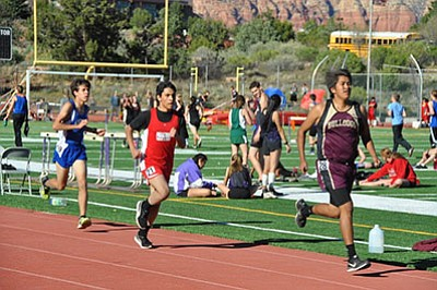 Ruben Elias III  (center) runs the 3,200 meter race at the Sedona Friendship meet. Photo/Cyndi Moreno