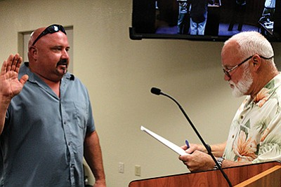 Tusayan councilman John Schoppmann taking the oath of office in Sept. 2015. Loretta Yerian/WGCN