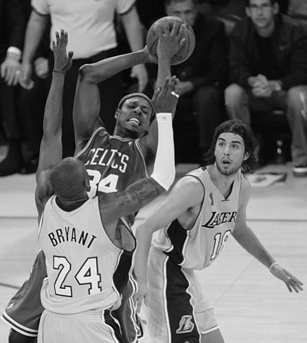 PAUL RODRIQUEZ/Orange County Register, MCT<br><br> Fans are getting fouled in the NBA Finals like Boston Celtics forward Paul Pierce by Los Angeles Lakers' Kobe Bryant and Sasha Vujacic during Game 3.
