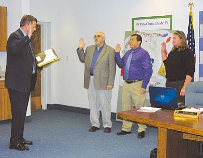 JAMES CHILTON/Miner<br /><br /><!-- 1upcrlf2 -->Superior Court Judge Rick Williams conducts the swearing in of Kingman Unified School District Board members Bill Goodale, Charles Lucero and Jeri Brock at the district�s first board meeting of the year Tuesday evening.