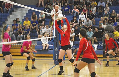 JC AMBERLYN/Miner<BR> Lee Williams' Sadie Snay is in the middle of a set Oct. 1 at Kingman High against the Lady Bulldogs. The Lady Vols opened their Division III, Section II schedule with a 3-1 win over Paradise Honors Thursday in Phoenix.