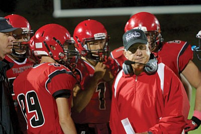 RYAN ABELLA/Miner<BR> Ray Smith, right, huddles up with the Lee Williams offense during Friday's 27-20 Homecoming loss to Mohave at LWHS.