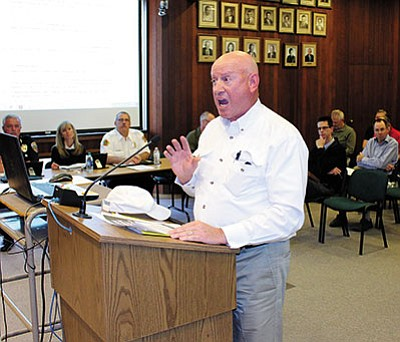 DOUG McMURDO/Miner<BR> Gary Rucker of the Kingman Airport Users Group speaks to the City Council Tuesday.