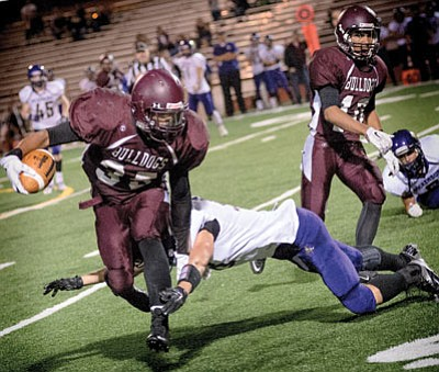 Winslow Bulldogs Akkeem Foster shakes a tackle on the way to a 50-41 win against Wickenburg Sept. 11. Photo/Todd Roth