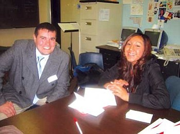 "Jeffrey Palmer from Native American Journalists Association chats with Rochelle ""Star"" Lomayaktewa from Hopi High School's radio class (Photo by Stan Bindell/NHO)."