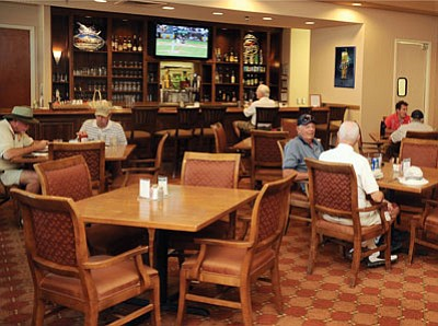 Lunch patrons enjoy their meals at the Stoneridge Grille Monday afternoon.<br> Les Stukenberg/The Daily Courier