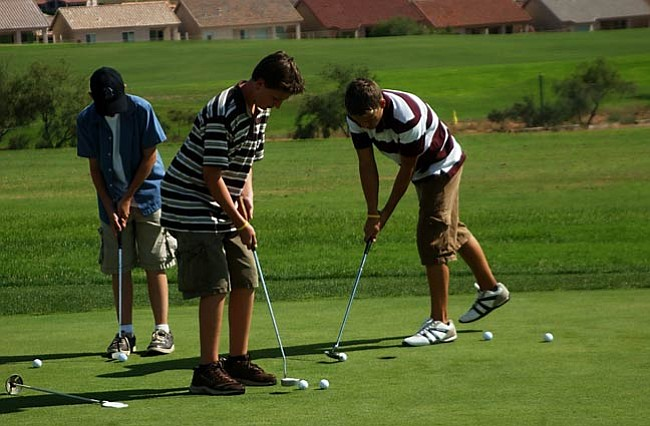 VVN/Wendy Phillippe The Mingus Union golf team works on putting during practice.