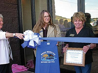Verde Valley Humane Society Director Cyndi Sessoms and Cottonwood Mayor Diane Joens.