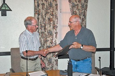 VVN/Philip Wright<br> Mayor Doug Von Gausig, right, presents a plaque Tuesday night to Jerry Wiley for his service on the town council and as vice mayor.