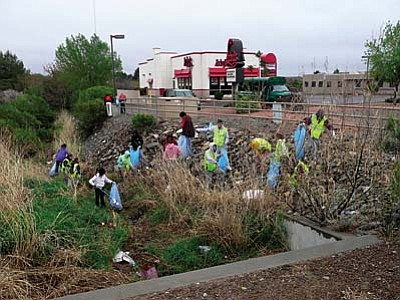 Verde Valley School students join the Folksville trash-cleaning effort. Courtesy photo
