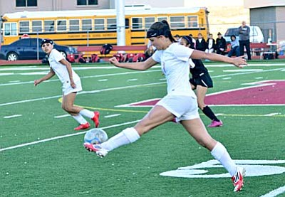 Senior forward <b>Dalis Sealey</b> stretches out to make a pass to Martina Bueno in the second half against Coconino Monday afternoon on Bright Field. VVN/Sean Morris