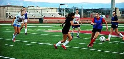 Mingus Union girls soccer team at practice. VVN/Travis Guy