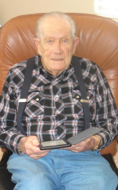 Marvin Hinton, a resident at Sedona Winds, enjoys reading books on his e-reader.