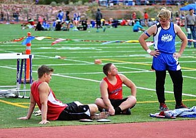 Curtis Corder (right) talks with Levi Collins (middle) and Zach Simmons (left) while waiting to throw. VVN/Travis Guy