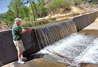 Oak Crrek Valley resident John Stephenson shows the fish barrier created by the Bureau of Reclamation near his home. VVN/Vyto Starinskas
