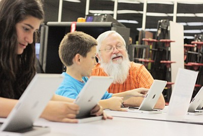 Williams High School teacher Larry Gutshall works with Williams-Elementary Middle school students at the first STEM night Oct. 4. Clara Beard/WGCN