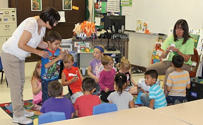 Coconino County Public Health Employee Sharon Stifling (right) teaches upcoming Williams Elementary School kindergarteners about nutrition during KinderCamp. Wendy Howell/WGCN
