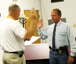 New Williams Police Department Lt. Mike Graham is sworn in by Mayor Ken Edes at the April 27 Williams City Council meeting.
