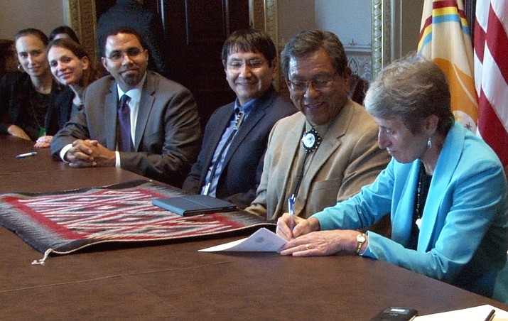 Interior Secretary Sally Jewell signs an agreement giving the Navajo Nation greater control over tribal schools with, from right, Navajo President Russell Begaye and Vice President Jonathan Nez and U.S. Education Secretary John King. Photo/Claire Caulfield/Cronkite News