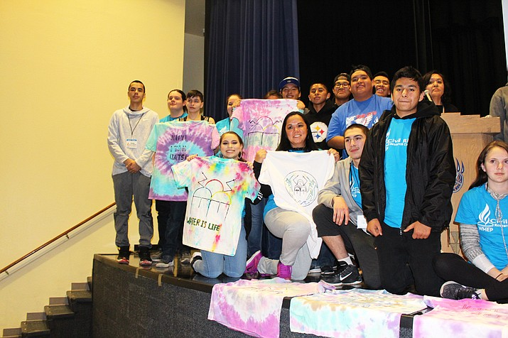 Students from Hopi High and Minnesota area exchange ideas as Minnesota students display t-shirts created by Hopi High students. Stan Bindell/NHO