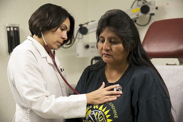 Dr. Dena Wilson examines patient Doris Miguel at Indian Health Service in Phoenix. Photo/Megan Bridgeman, Cronkite News