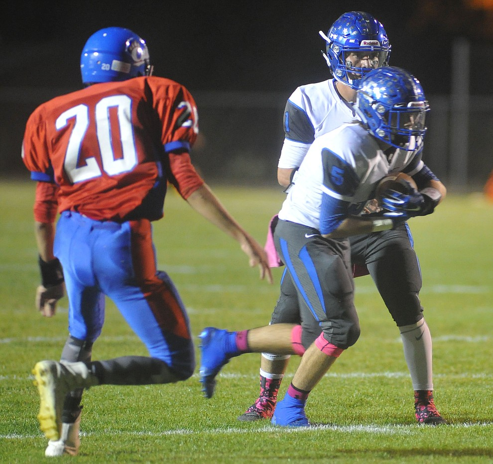 Bagdad quarterback Israel Loveall (1) hands off to Carson Jeans (5) as the Sultans faced the Mayer Wildcats Friday night in a matchup of top 4 teams in the AIA 1A rankings in Mayer. (Les Stukenberg/Courier)