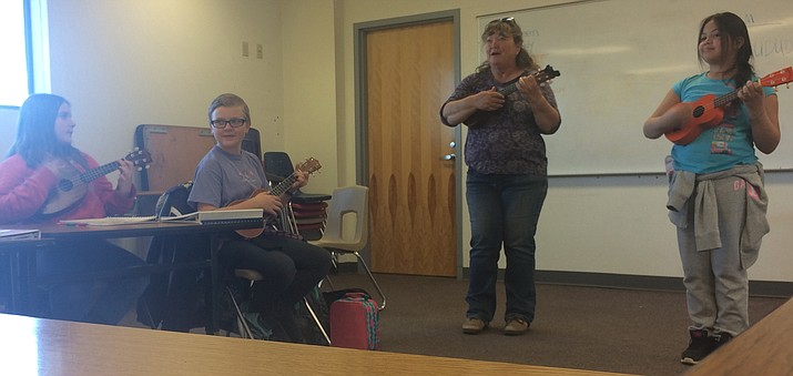 Doreen Cocherell, a member of the Prescott Ukulele Guild, teaching students at Del Rio Elementary how to play ukulele. (Courtesy)