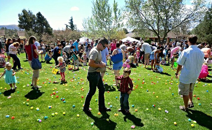 Kids and their parents walk around hunting for Easter eggs during the annual Heritage Zoo egg hunt event in 2017. (Heritage Zoo/Courtesy)