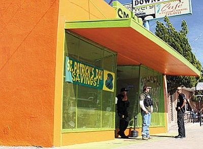 Law enforcement officers outside the Smokin' Body Jewelry shop in downtown Kingman Feb. 18, 2016. The owner of the store was convicted and sentenced to four years in prison in New Mexico. (Miner file photo)