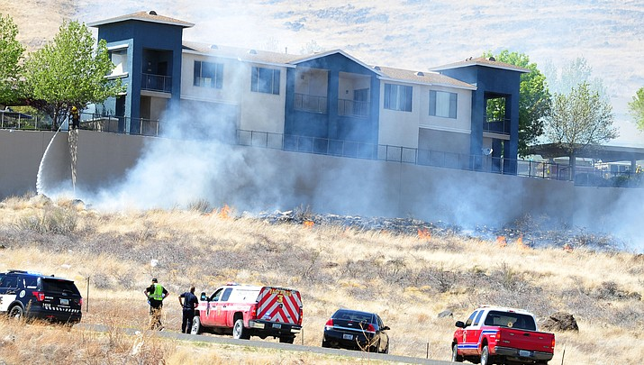 Wildfire threatens large apartment complex in Prescott Valley