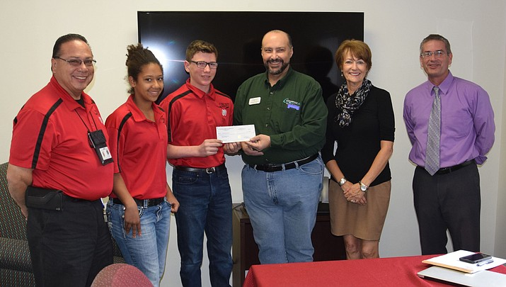 Cottonwood Chamber of Commerce donates to middle school golf team