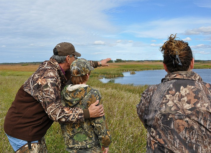 Mentors explain waterfowl hunting to youth at a Fish and Wildlife event. (Photo/USFWS)