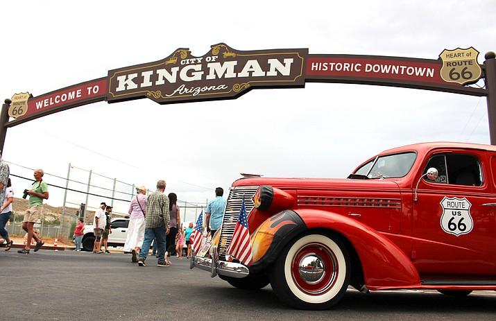Kingmanites fill Beale Street Friday night for the long-awaited Kingman Arch lighting ceremony. (Photo by Vanessa Espinoza/Daily Miner)