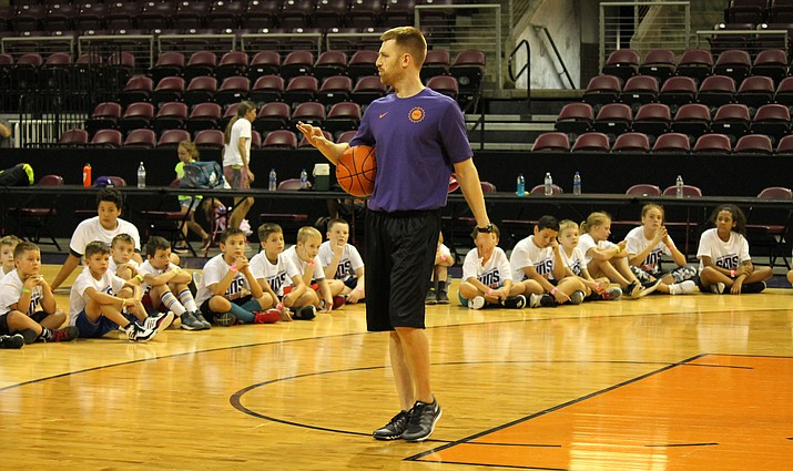 Northern Arizona Suns head coach Bret Burchard speaks to campers at the annual Suns youth basketball camp Friday, July 27, 2018, in Prescott Valley. (NAZ Suns/Courtesy)