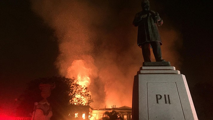 Fire at the National Museum of Brazil, in Rio de Janeiro, on Sept. 2. (Photo by Felipe Milanez [CC BY-SA 4.0  (https://creativecommons.org/licenses/by-sa/4.0)], via Wikimedia Commons)