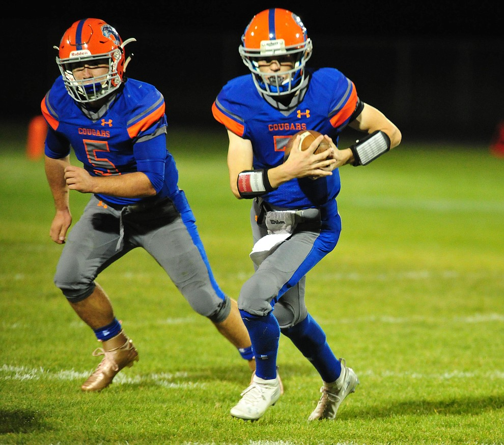 Chino Valley's Tyler Carey runs to the outside as the Cougars host Arizona College Prep Friday, Sept. 14, 2018. (Les Stukenberg/Courier)