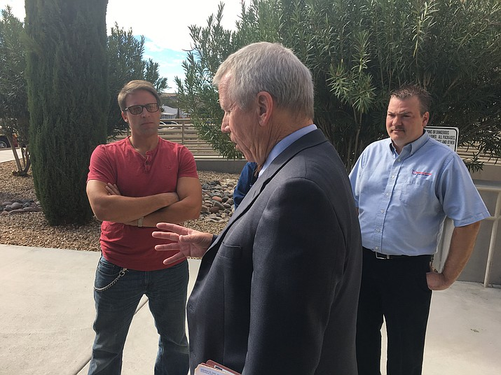 Prosecuting attorney Bob Moon explains the admissibility of evidence to Chris Cranston, left, brother of murdered real estate agent Sidney Cranston Jr., outside Mohave County Superior Court on Nov. 6, 2017. Mohave County Superior Court Judge Rick Lambert declared a mistrial Thursday, Sept. 27. (Daily Miner file photo)