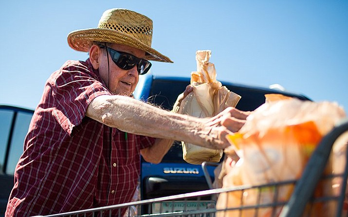 Edgar Joseph loads plastic grocery bags into his car outside a Fry's Food & Drug Store in Phoenix on Sept. 26, 2018. Kroger, which owns Fry's, will phase out plastic bags by 2025. (Photo by Nicole Neri/Cronkite News)