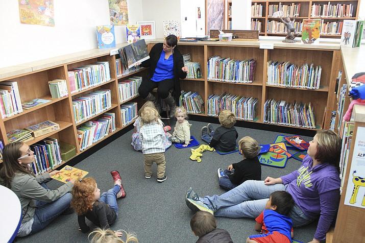Angela Hamby reads to children at the Williams Library Summer Reading program. (Loretta Yerian/WGCN)